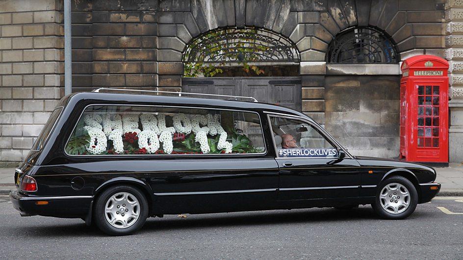 Návrat Sherlocka na obrazovky oznámil pohřební vůz.