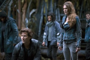 Hypable. 'The 100′ season 2 premiere stills: Clarke meets the Mountain Men, [online]. [cit. 18. 10. 2015]. Dostupné z WWW: http://www.hypable.com/the-100-season-2-episode-1-stills-mountain-men/