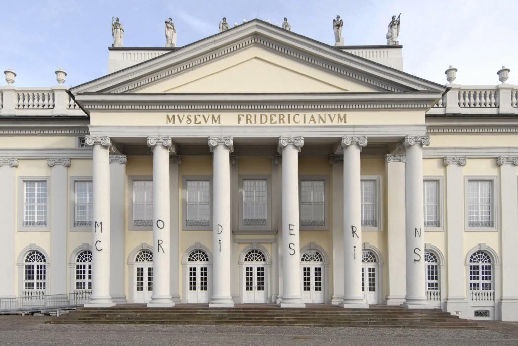Marc Bijl: Modern Crisis, 2009 legální intervence v Kunsthalle Fridericianum v Kasselu